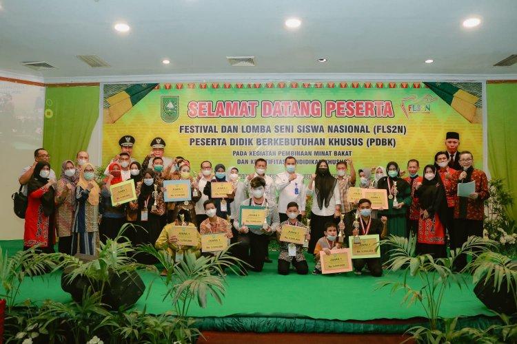 Para pemenang FLS2N PDKB tingkat Provinsi Riau berfoto bersama usai penyerahan hadiah.