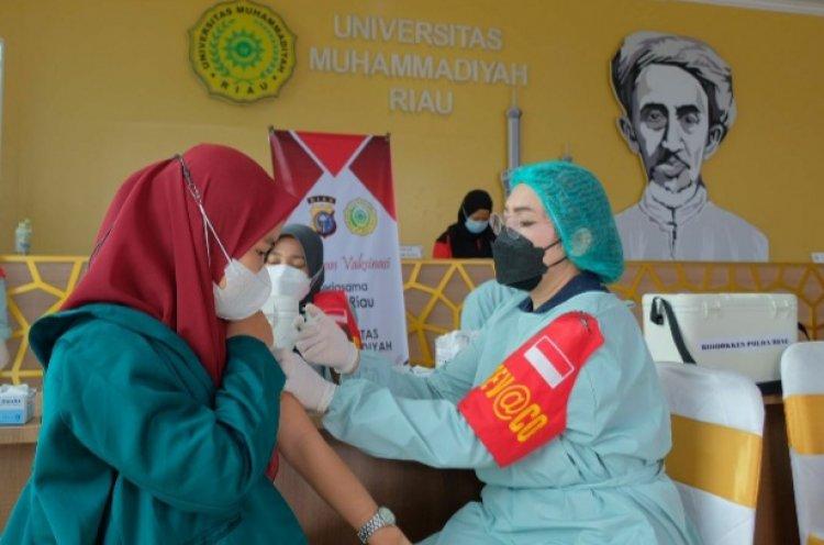 Polda Riau dan UMRI Gelar Vaksinasi untuk 600 Mahasiswa